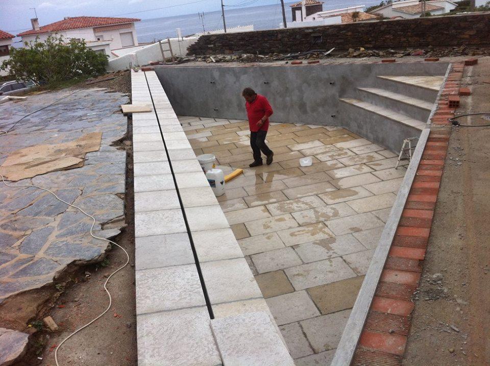 operario finalizando el diseño de la construcción de una piscina
